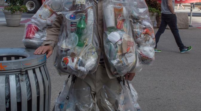 Rob Greenfield dengan tempat sampah plastik yang tertempel di tubuhnya di New York, AS, 4 September 2016. Hingga hari ke-14, sudah terkumpul sekitar 13,6 kg sampah dan diperkirakan akan terkumpul sekitar 61 kg pada hari ke-30.  (AFP Photo/Bryan R. Smith)