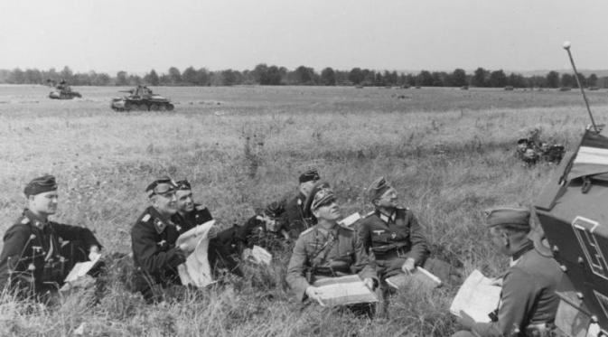 Jenderal Erwin Johannes Eugen Rommel bersama pasukannya di tengah perang (Wikipedia/Bundesarchiv)