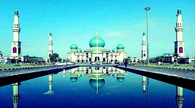 Masjid Annur Pekanbaru dengan kolamnya yang cantik