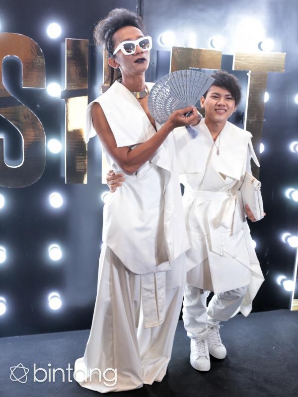 Berbeda dengan penampilan sang istri. Evelyn tampil dengan kimono. Kedua pasangan yang selalu tampil mesra itu juga menganggap dirinya selalu spesial. (Adrian Putra/Bintang.com)