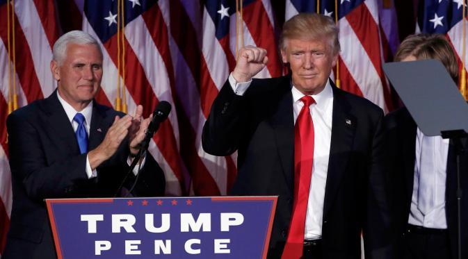 Presiden ke-45 AS, Donald Trump dan Wapres, Mike Pence langsung menyampaikan pidato setelah mengetahui hasil penghitungan suara Pilpres AS, di Manhattan, New York, Rabu (9/11). Trump unggul cukup jauh atas pesaingnya, Hillary Clinton. (REUTERS/Mike Segar)