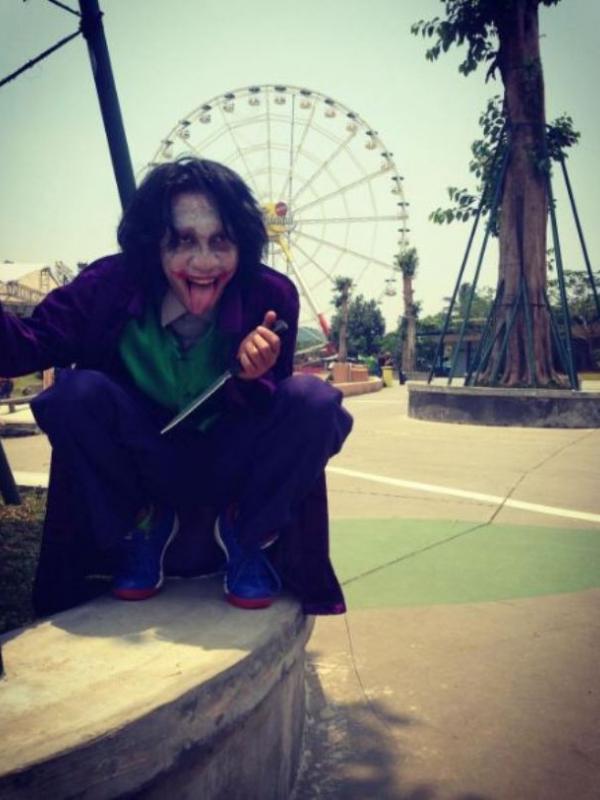 Aming saat berdandan mirip musuh besar Batman, Joker. (Instagram - @@psychodiva2016)