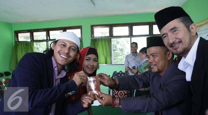 Suami Ria Irawan, Mayky Wongkar menerima buku nikah seusai Ijab Qabul di KUA Cilandak, Jakarta, Jumat (23/12). Aktris senior, Ria Irawan menikah untuk kedua kalinya. (Liputan6.com/Herman Zakharia)
