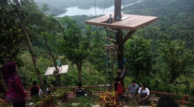 Para pengunjung dimanjakan keindahan dari atas bukit di Desa Kalibiru, Hargowilis, Kokap, Kabupaten Kulon Progo, DIY. (Liputan6.com/Yanuar H)