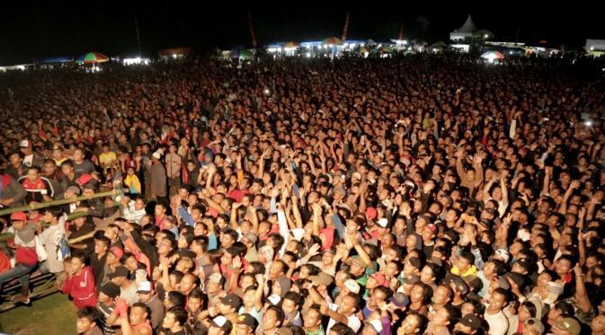 Ratusan Pasang Mata Menyaksikan Laga Tarung Bebas di Arena Pencak Dor (Liputan6.com/Balgo Marbun)