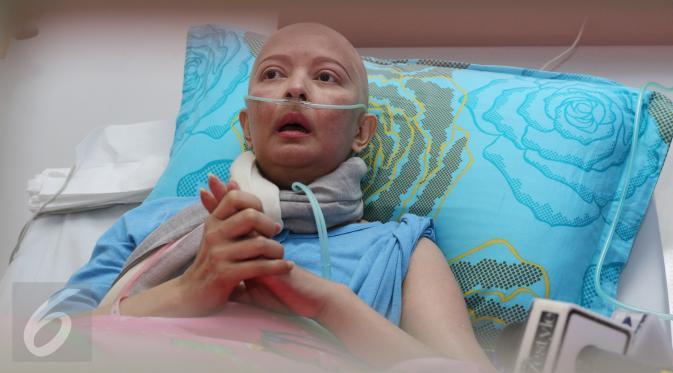 Yana Zein mengaku sudah mengidap kanker sekitar 2 tahun lalu, Jakarta, Selasa (3/1). Yana merahasiakan penyakitnya karena enggan merepotkan orang lain atas kondisinya. (Liputan6.com/Herman Zakharia)