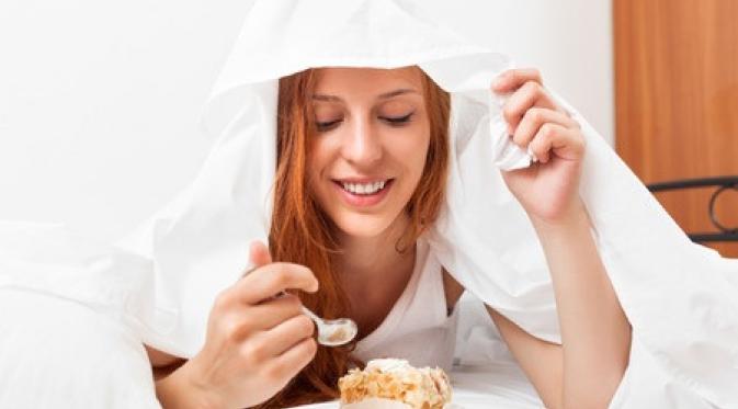 Bahaya Makan Sambil Tiduran