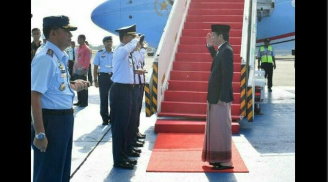Mengenakan peci, sandal, dan sarung, Jokowi terlihat asyik menyapa masyarakat Pekalongan. (Foto: Twitter)