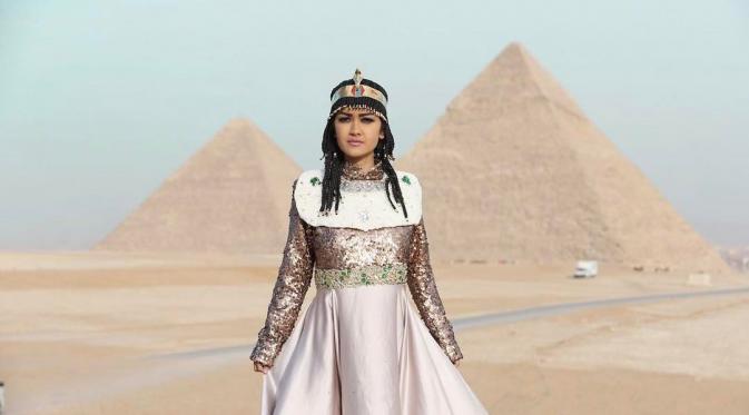 Julia Perez pose bak Cleopatra di Mesir usai melaksanakan umrah [foto: Instagram/juliaperrezz]