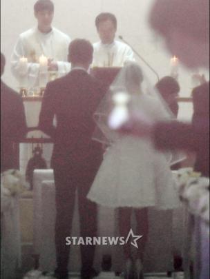 [Foto: Pernikahan Rain dan Kim Tae Hee/ Starnews]