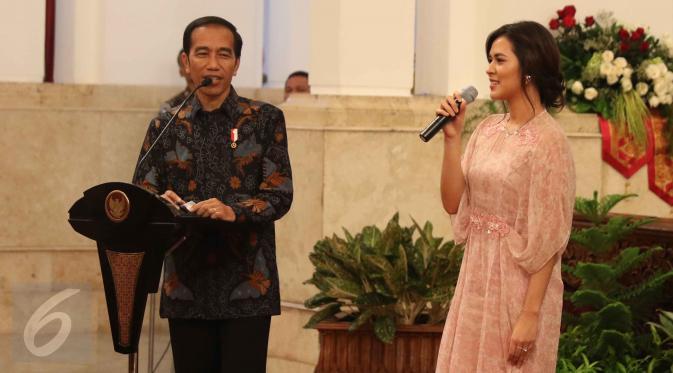 Presiden Jokowi dan penyanyi Raisa saat merayakan Hari Musik Nasional 2017 di Istana Negara, Jakarta, Kamis (9/3). (Liputan6.com/Angga Yuniar)