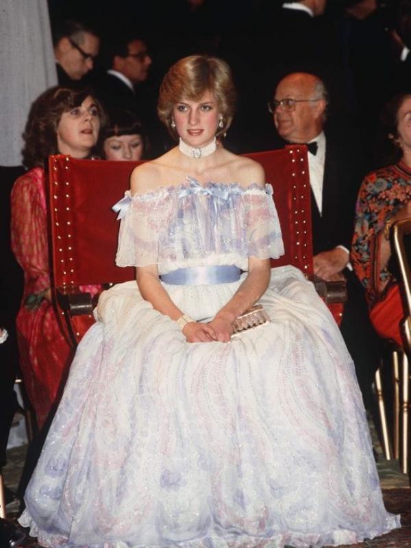 Putri Diana tampil menggunakan strapless dress dengan tulle transparan yang menawan. Sumber: theguardian.com.