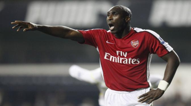 Sol Campbell saat masih berkostum Arsenal (IAN KINGTON / AFP)