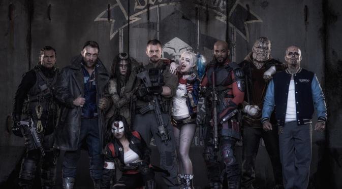 Lagi-lagi Jared Leto hilang di antara foto rombongan pemain film Suicide Squad yang sudah berkostum.
