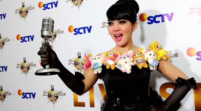 Syahrini menerima penghargaan SCTV Music Awards 2015. Foto: Fasial R. Syam/Liputan6.com