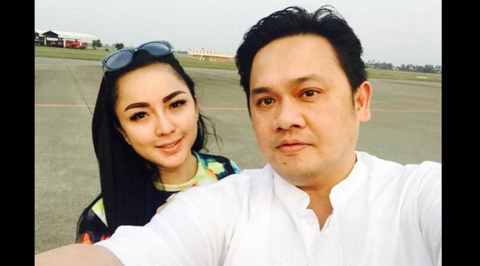 Farhat Abbas dan kekasihnya, Regina [Foto: Twitter @farhatabbaslaw]