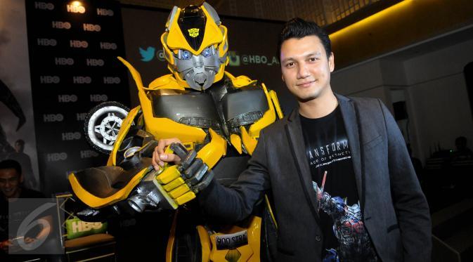 Aktor tampan Indonesia Christian Sugiono saat ditemui di UOB Plaza, Jakarta, Kamis (2/7/2015). Tian didapuk menjadi pengisi suara dalam film 'Transformer: Age of Extinction' sebagai Harold Attinger. (Liputan6.com/Faisal R Syam)