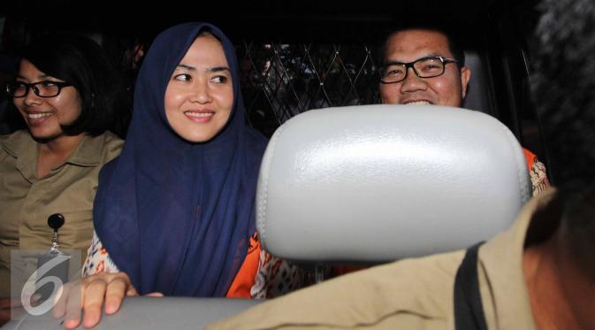 Bupati Empat Lawang, Budi Antoni Aljufri dan istrinya, Suzanna memasuki mobil tahanan usai diperiksa sebagai tersangka kasus dugaan pemberian suap kepada mantan Ketua MK Akil Mochtar, Jakarta, Rabu (22/7/2015). (Liputan6.com/Helmi Afandi)