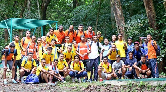 Jacksen F. Tiago merayakan kesuksesannya mengantar Penang FA promosi ke Liga Super Malaysia dengan mengunduli kepalanya. (Istimewa)