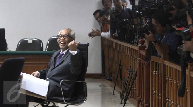 Terdakwa kasus suap hakim PTUN Medan, OC Kaligis menyapa awak media saat sidang pembacaan dakwaan di Pengadilan Tipikor, Jakarta, Kamis (27/8/2015). Majelis hakim kembali menunda sidang hingga 31 Agustus mendatang. (Liputan6.com/Helmi Afandi)