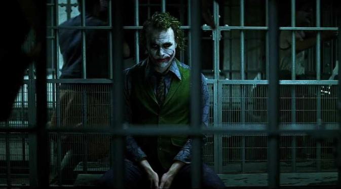 Salah seorang penggemar Batman mengemukakan teori bahwa Joker bukanlah penjahat di The Dark Knight. (moviepilot.com)