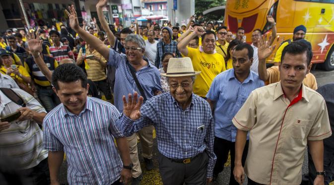 Mantan Perdana Menteri Malaysia Mahathir Mohamad (tengah) saat menghadiri unjuk rasa Bersih 4.0 di Dataran Merdeka, Kuala Lumpur, 30 Agustus 2015. (REUTERS/Athit Perawongmetha)