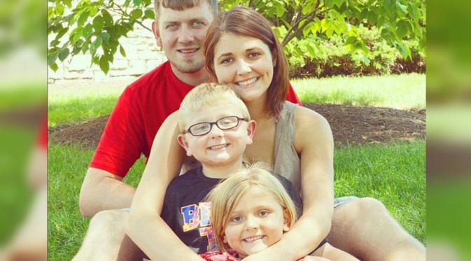 Holland bersama anak-anak dan Mike suaminya saat masih hidup